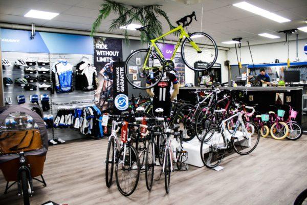 hoek met sportieve fietsen